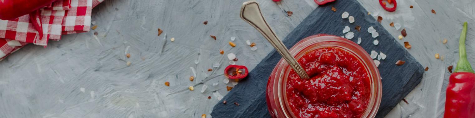 Ampia gamma di peperoncini in polvere, condimenti, senape piccante e semi di peperoncino